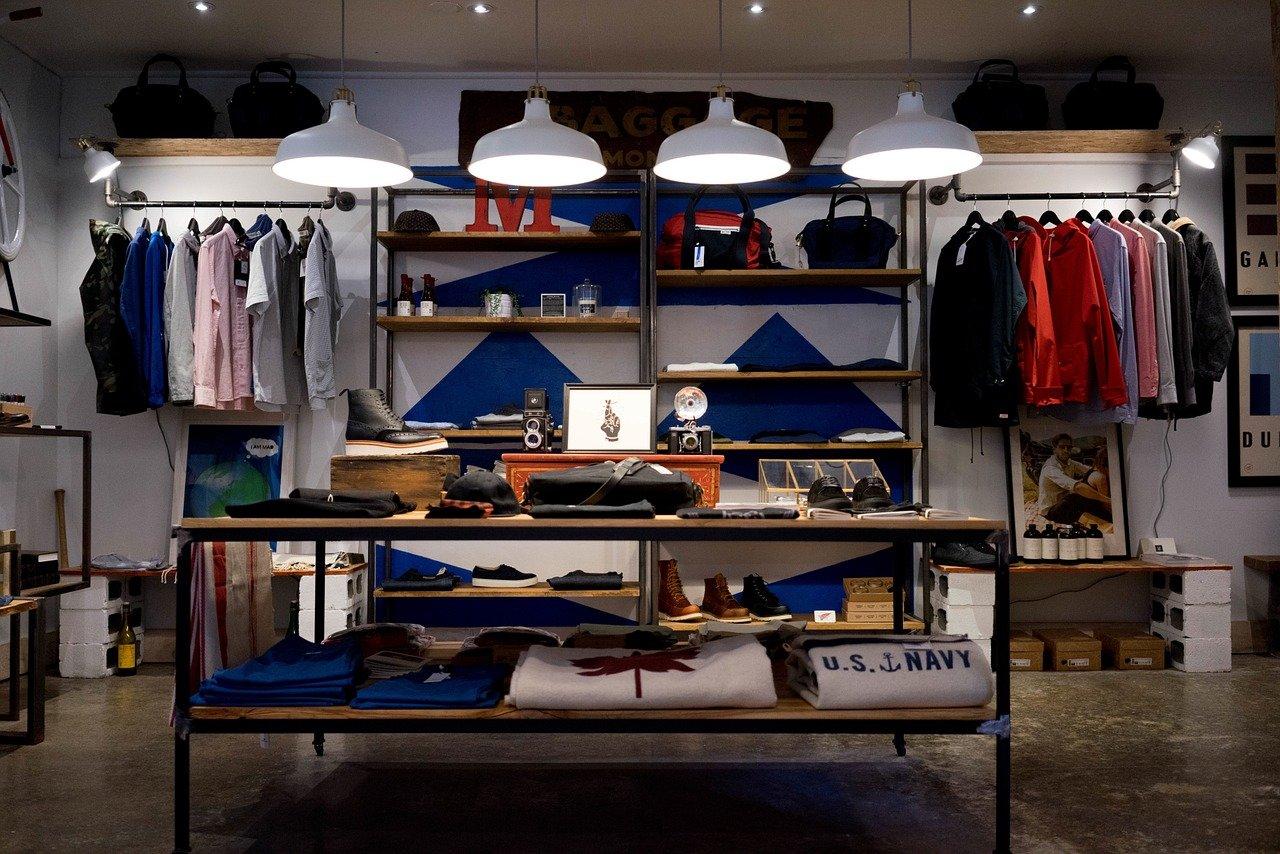 Abiti, maglie e accessori in un negozio fisico